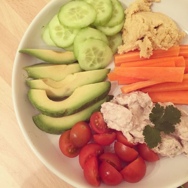Apéro healthy ! homemade by petitfruit64.Des rillettes de thon et du Houmos pour accompagner des légumes croquants :)