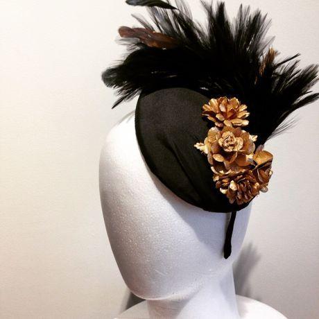 黒のベースに黒金羽と金花をあしらったヘッドドレス