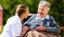 Pflege Seniorin Rollstuhl