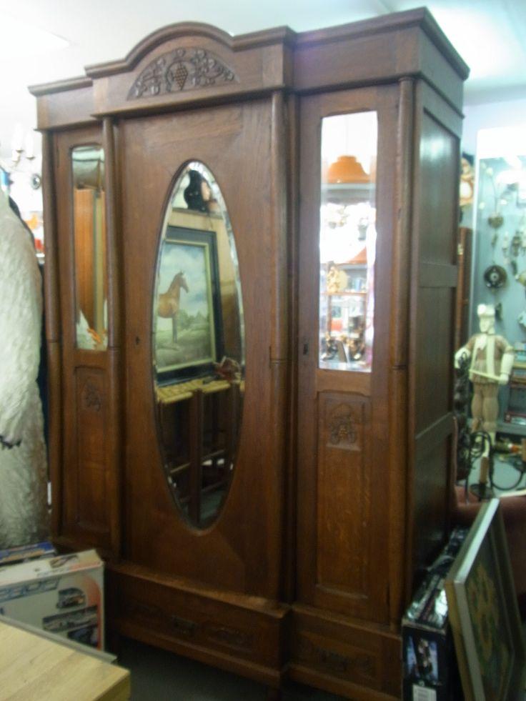 Antieke brocante kast met geslepen spiegels, drie deuren, twee pilaren en prachtig houtsnijwerk. Afmetingen ongeveer 216 cm hoog, 60 cm diep en 142 cm breed. Prijs € 250.00
