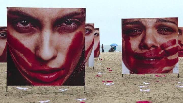 Sulla celebre spiaggia brasiliana è comparsa un'installazione contro la violenza sulle donne per ricordare le tante, troppe, vittime.