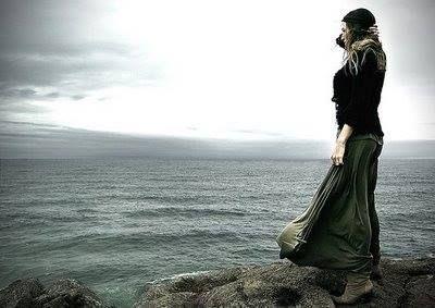 Si fermò strada facendo, poco prima di Genova, scese dall'auto lasciandola di traverso sulla strada. Si avvicinò alla ringhiera a guardare giù, anche il mare era un po' arrabbiato:merletti di spuma incorniciavano gli scogli proprio sotto di lei con quell'inconfondibile suono di acqua che si infrangeva. Quel suono le dava il valore del tempo, un suono ritmato continuo, come le lancette dell'orologio... (Da Just Job, di Filomena Baratto // Graus Editore)