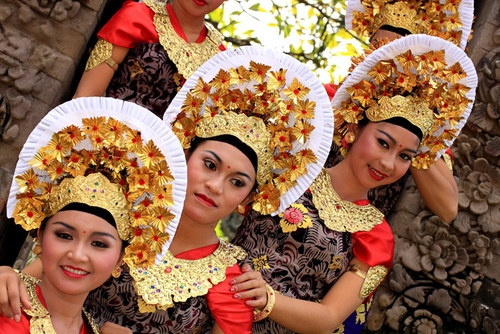 Balinese girls : Balinese girls.  more photos here : http://photo.balebali.com/balinese-traditional-outfit.html | awayb