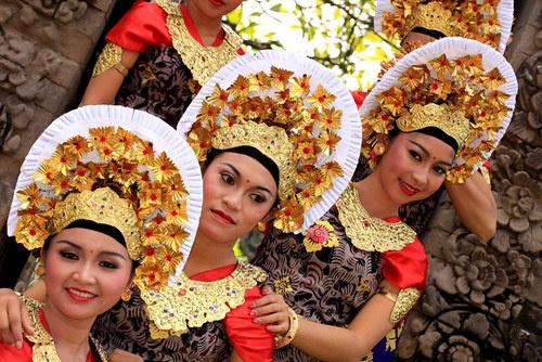 Balinese girls : Balinese girls.  more photos here : http://photo.balebali.com/balinese-traditional-outfit.html   awayb