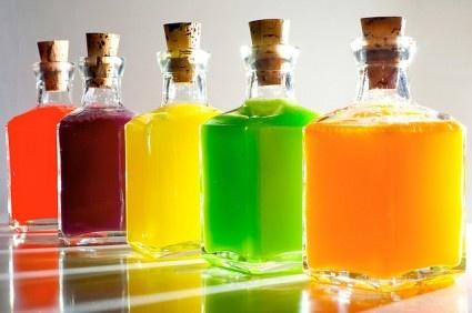 wodka met Skittles!     1. Sorteer de Skittles per kleur   2. Mix 60 Skittles en ca 180 ml wodka in lege flessen   3. laat ze een nachtje staan.   4. filter je het mengsel