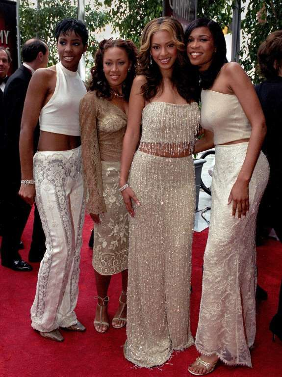 Beyoncé's Show‐Stopping Grammy Awards Style:     2000:    With Destiny's Child members Kelly Rowland, Farrah Franklin, and Michelle Williams on the red carpet.