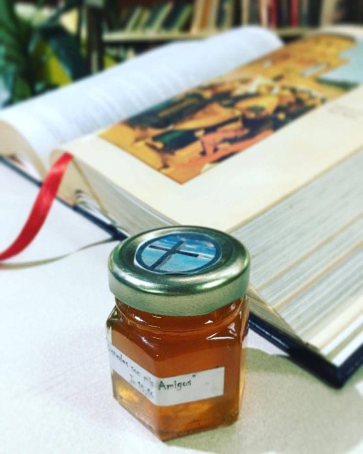 Cómo parte de la propuesta se le entrego a cada familia un frasquito de miel elaborado por las mujeres del Proyecto de Misión Centro Madre Antonia de Rosario de las Hnas. Oblatas.