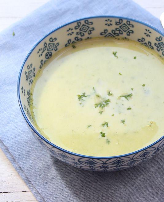 Soep is meestal al makkelijk om te maken, maar deze romige lente-ui soep met slechts 5 ingrediënten is écht heel snel en simpel. Dit heb je nodig 1 bosje lente-ui 1 liter bouillon (groenten) 100 ml slagroom 1 teen knoflook…