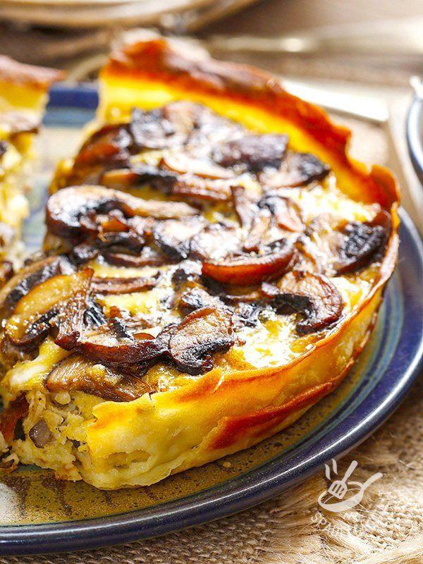 La Torta di funghi con emmental, preparata con la croccante pasta fillo e arricchita con prosciutto arrosto: un successo assicurato a tavola! #tortasalataemmenthal
