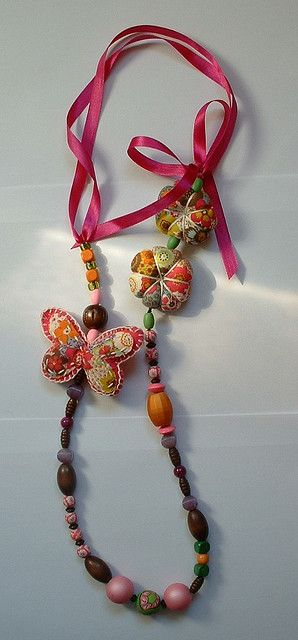 Colar com borboleta e aboborinhas em tons de rosa e verde   Flickr - Photo Sharing!