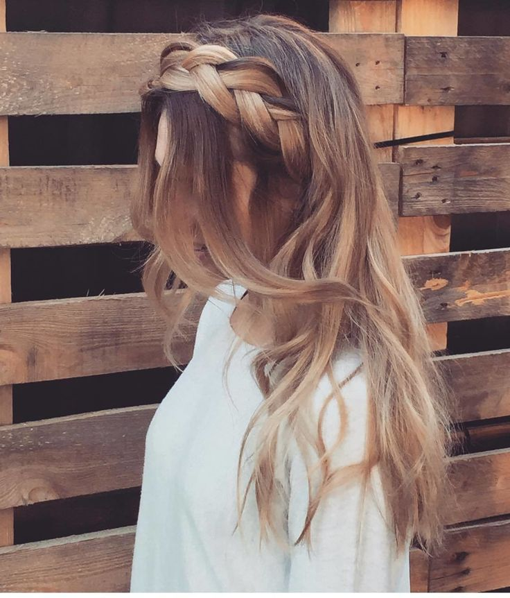 Cette couronne tressée  Coup de coeur pour la tresse épaisse qui fait toute la différence  #lookdujour #ldj #braids #summer #hairstyle #hair #hairideas #inspiration #updo #braidedcrown #style #regram  @kirstyannehair