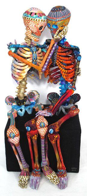 Este es un objeto hecho en México. Es dos esqueletos coloridos celebrar entre sí. Me encantan los colores que el artista utiliza.