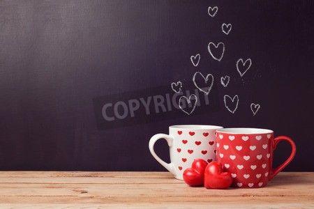 心と黒板の背景の上のカップでバレンタインデーのコンセプト