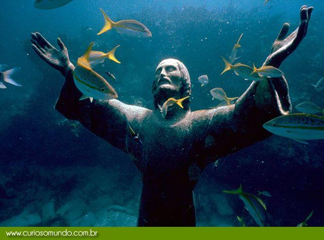 O Cristo do Abismo é uma imensa escultura de Jesus, feita em bronze, e que foi submergida no mar de San Fruttuoso, uma pequena região do Mediterrâneo entre Camogli e Portofino na Itália. A estátua de dois metros e meio de altura foi afundada em 1954 em uma profundidade de 17 metros. A obra foi criada por Guido Galleti, e o seu estranho local de repouso foi escolhido por marcar o ponto onde o primeiro mergulhador italiano morreu.