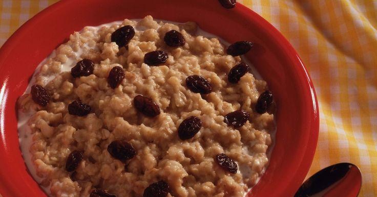 Cómo preparar avena Quaker. Si estás cansado de comer el cereal frío o quieres algo caliente para empezar una mañana fría, la avena Quaker puede ser una solución. La avena Quaker es un cereal para el desayuno que está disponible en una gran variedad de sabores y estilos, y por lo general se sirve caliente. A diferencia de la avena de corte de acero, la Quaker se puede ...