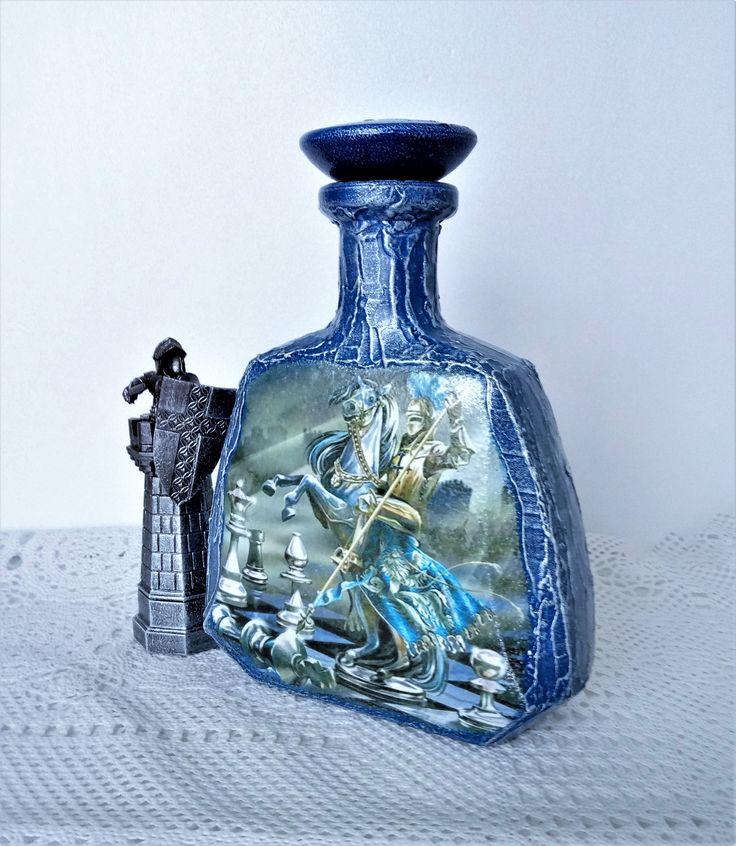 """Бутылочка подарочная """"Рыцарь"""" только для настоящих мужчин:) Авторская работа в технике декупаж. Объем 0,5 литра. Такую бутылочку не стыдно поставить на стол и подарить налив в нее чего покрепче!"""