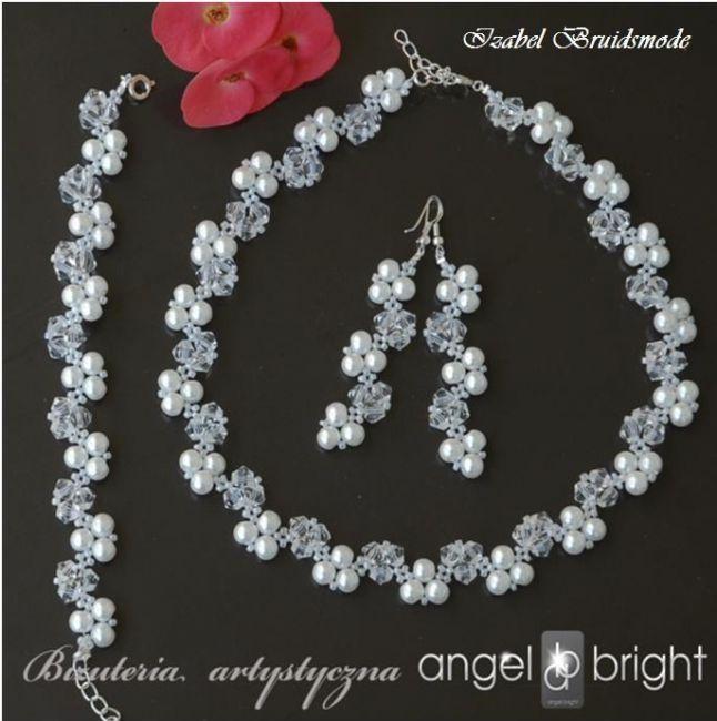 Prachtige bruidssieraden set met kristallen en parels. Kleuren: wit of ivoor. Bijpassende halsketting verkrijgbaar. Sieraden zijn ook voor een feest, gala of als geschenk zeer geschikt! -