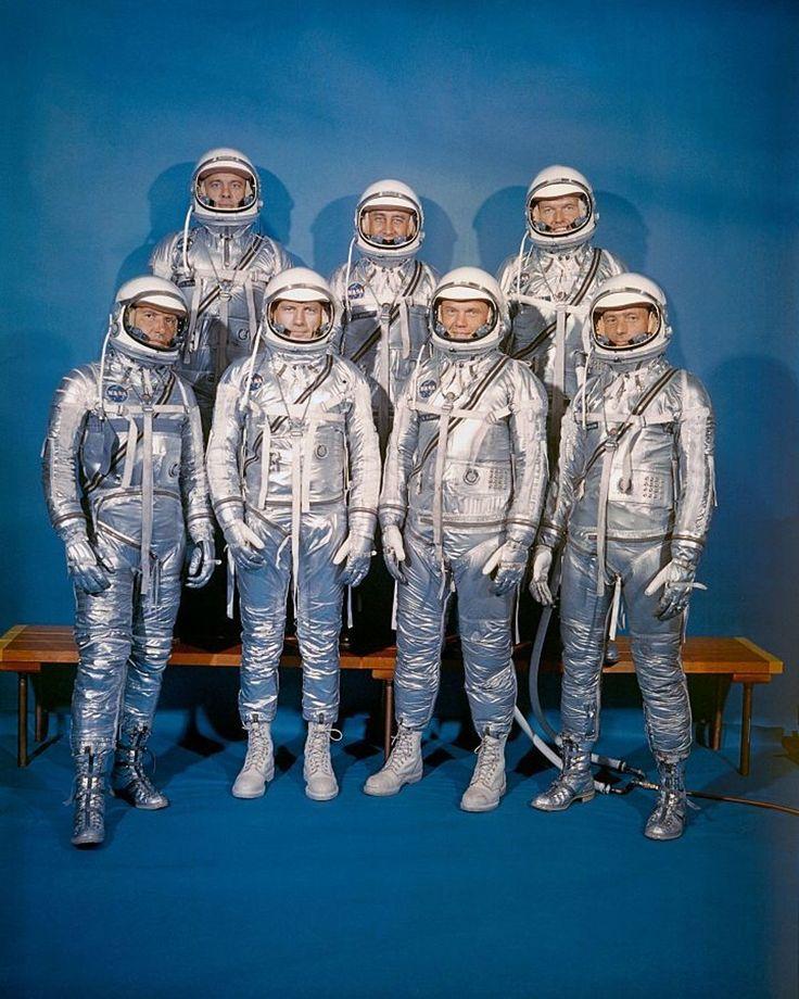 Prvá trieda astronautov NASA, takzvaná Mercury 7. Prvý rad zľava: Walter M. Schirra, Jr., Donald K.