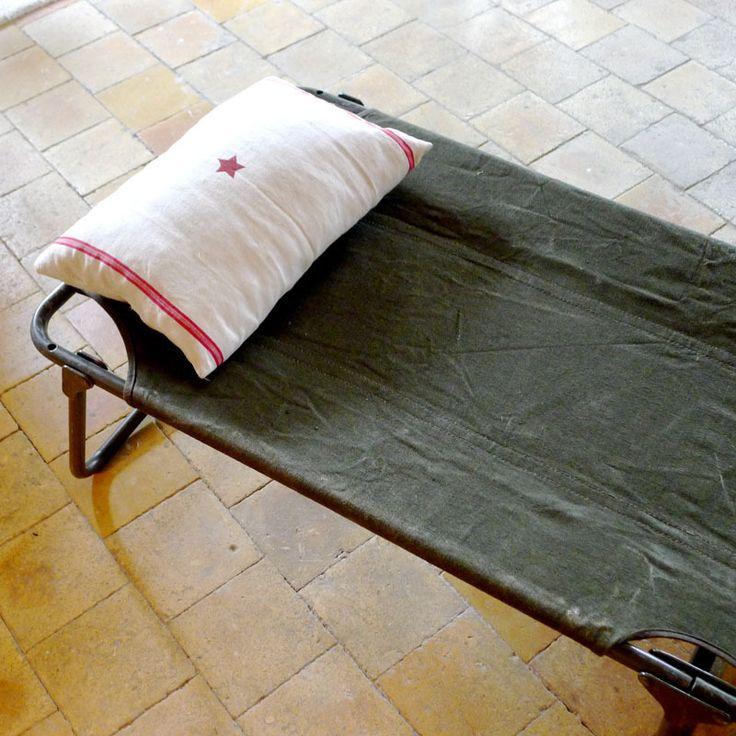 LIT DE CAMP MILITAIRE, TOILE KAKI  Ancien lit de camp militaire datant des années 70, armée française  Ce lit de camp d'appoint est un élément déco incontournable !  Charmant dans un dortoir d'enfant, très agréable à l'ombre d'un arbre pour une petite sieste ou encore en en banquette chez vous pour une touche à la fois vintage et utile. Associé à de beaux coussins, il sera l'endroit propice à la lecture .. (il peut être facilement glissé sous un lit une fois plié)  Lit rep...