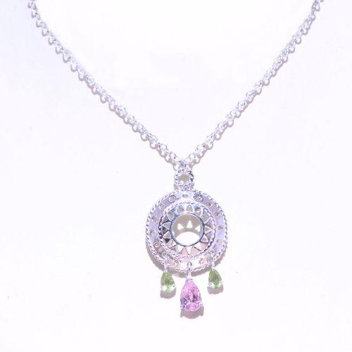 Precioso collar de la colección Altea mandalas hecho con dije y cadena plata y piedras Swarovski. Garantía de tres años