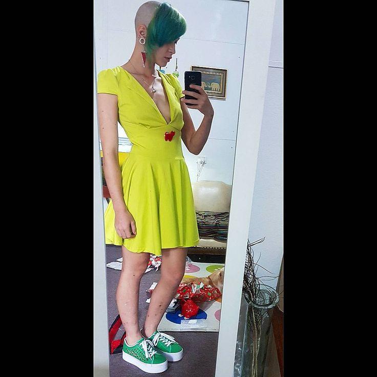 girl with chelseacut / chelseahaircut / chelsea hair style / shaved head girl / headshave girl
