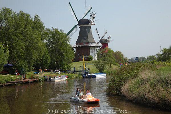 Familie im Tretboot beim Tieflandschaften Wasserausflug Foto in Greetsiel vor Windmühlen Paar