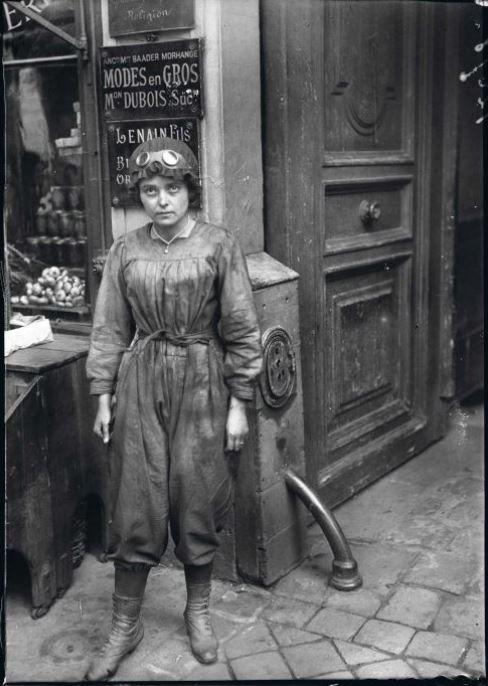 """Guerre 1914-1918. """"Les nouveaux métiers des femmes depuis la guerre"""" : Automobiliste. Paris, juin 1917. © Excelsior – L'Equipe / ..."""