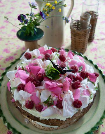 Lagkage med spiselige blomster