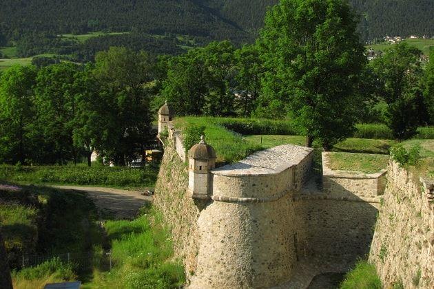 Mont-Louis - Au cœur du Parc naturel régional des Pyrénées catalanes, à 1 600 m d'altitude, la ville fortifiée la plus haute de France est inscrite au patrimoine mondial de l'humanité avec 11 autres fortifications de Vauban. Entièrement crée par Vauban, cette ancienne place militaire occupait alors une position stratégique au carrefour du Conflent, du Capcir et de la Cerdagne.