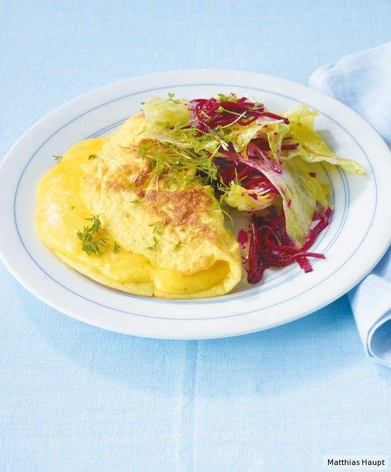 Rote Bete verpasst dem Salat etwas Rouge, Kresse würzt das milde Omelett - das perfekte Low Carb- Gericht mit nur 8 g Kohlenhydraten p.P.