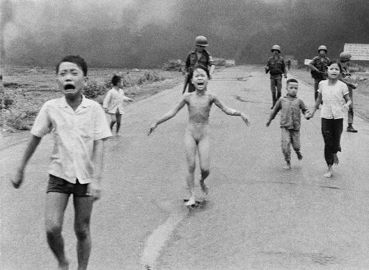 """Nick Ut. Napalm Girl, the story of censorship on Facebook (Napalm Girl, история цензуры на Facebook). В этом месяце с Facebook был удален и затем быстро восстановлен, один из самых мощных образов вьетнамской войны - фотография девяти-летней вьетнамской девушки, после того, как компания заявила, что образ нарушает политику Facebook на показ обнаженного тела. """" В пятницу, компания восстановила фотографию заявив....  http://udavich.blogspot.com/2016/09/nick-ut.html"""