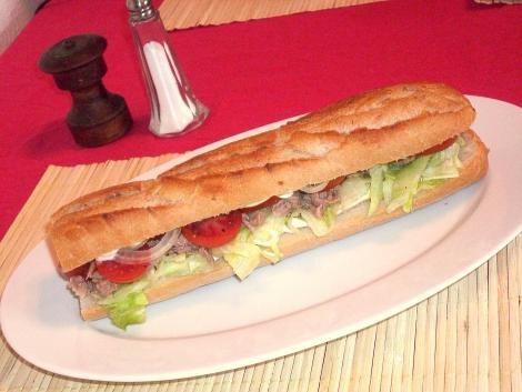 Thunfisch-Baguette mit Salat und Tomate #Rezept #Sandwich
