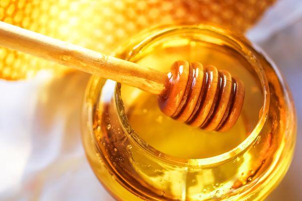 Fruto do trabalho das abelhas com o pólen de diversos tipos de flor, o mel é um dos produtos naturais mais benéficos à saúde. Pensando nisso, separamos para você 5 maneiras diferentes de utilizar o mel:
