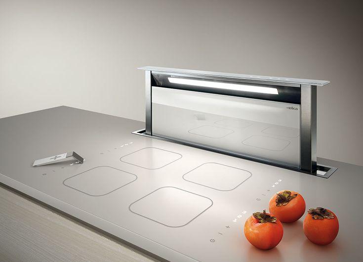 Hotte escamotable sous plan de travail Elica Adagio avec parement en verre blanc.