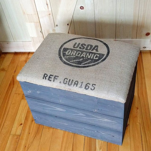 """Another rustic chest for sale 😀  The chest is made of reclaimed wood and the fabric comes from a large bag of coffee beans ( 21"""" x 15"""" x 18"""" )  #entrywaybench #woodenchest #storagebench #storagechest #cushionedbench #reclaimedwood #burlap #coffeebeanbag #upcycling #rusticslyle #countryrustic #stainedwood"""