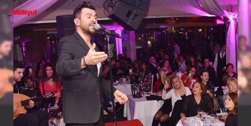 """Başımın tacısınız : Sahneye Yalan Olur parçası ile çıkan Gökhan Tepe bir sonraki şarkısını nikahtan çıkıp sahneye gelen Didem-Eyüp çiftine hediye etti ve Adı Aşk Olsun parçasında çifti dansa davet etti.Misafirlerin tamamına """"Hoş geldiniz sefalar getirdiniz"""" diyen şarkıcı daha sonra eşine annesine ve akrabaları...  http://www.haberdex.com/magazin/-Basimin-tacisiniz-/90580?kaynak=feeds #Magazin   #etti #davet #Misafirlerin #tamamına #çifti"""