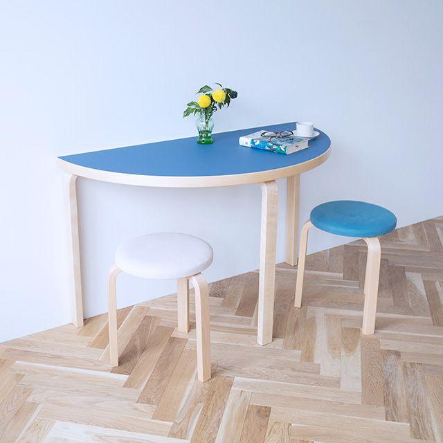 アルヴァ・アアルトのデザインした狭小なスペースを有効に使える可愛い半円テーブルです。直線部分を壁面にピタリとつけて2人で並んでも、ほどよい距離感を保てるカタチです。2台を組み合わせて円形テーブルとして使うこともできます。アルテックの定番はラミネートのホワイトとリノリウムのブラックのみ。 リノリウムのカラーはhaluta別注のみです。