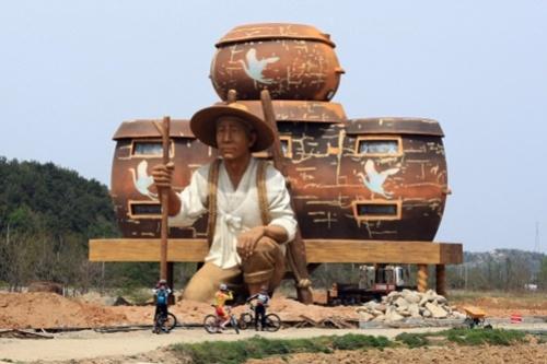 """16m """"man""""     거대 농부 건축물. 강원도 고성군 토성면 도원리 의 문화복합예술센터. :: 네이버 블로그"""