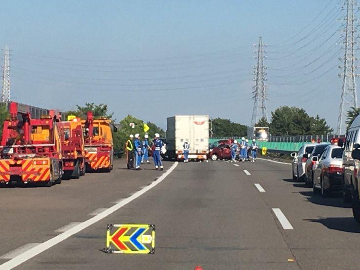 名神高速で渋滞の列にトラック 2人意識不明 現在通行止め