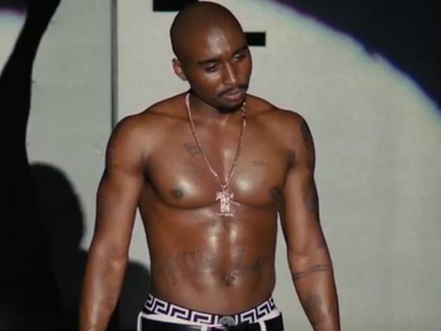 """Über 20 Jahre ist es her, dass Rapper Tupac Shakur in einem Kugelhagel in Las Vegas sein Leben verlor. Die hollywoodreife Geschichte seines bewegten und viel zu kurzen Lebens findet aber erst jetzt den Weg ins Kino. Im ersten deutschen Trailer zum Musik-Drama, das ab dem 15. Juni hierzulande startet, bekommen Fans der US-Rap-Szene einen ersten Einblick in """"die nie erzählte Geschichte"""" des Musikers namens """"All Eyez On Me""""."""