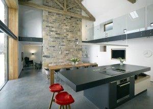 Met + Modo schept de interactie tussen open en gesloten ruimten een keuken met eindeloze aantrekkingskracht. Uittrekbladen vormen een vitrine voor porselein, glaswerk en braadpannen. Het effect is open, toegankelijk en oneindig aantrekkelijk - een uitnodiging om creativiteit de vrije loop te laten.