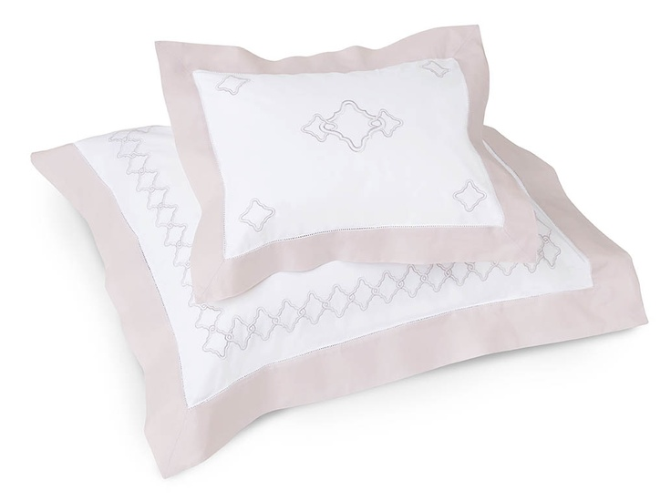 Quarto bedding with delicate embroidery and contrast-color cuff in soft Lilac Ash