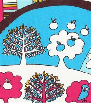 Lilly är en färgstark barntapet med ett böljande fantasilandskap i skön retrostil. Finns i tre härliga färgkombinationer.Tillhör Sandbergs barnkollektion Kaspar