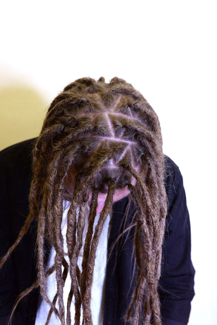 Why is sectioning up your dreadlocks so important? It will determine we're the dreadlocks are going to sit on your head and also it is going to determine the overall look of the dreadlocks. By doing triangles on the top of the hair you will get a pattern in your hair that helps you put your dreads in any way you want.