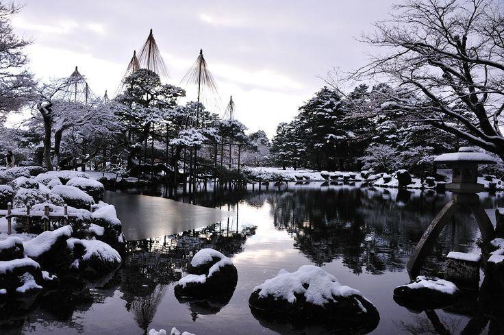 石川県金沢市にある日本庭園「兼六園」。滝や池や自然がたくさんの兼六園は季節によって全く異なる日本の美を見せてくれます。そんな兼六園の1年を季節で追ってみましょう。