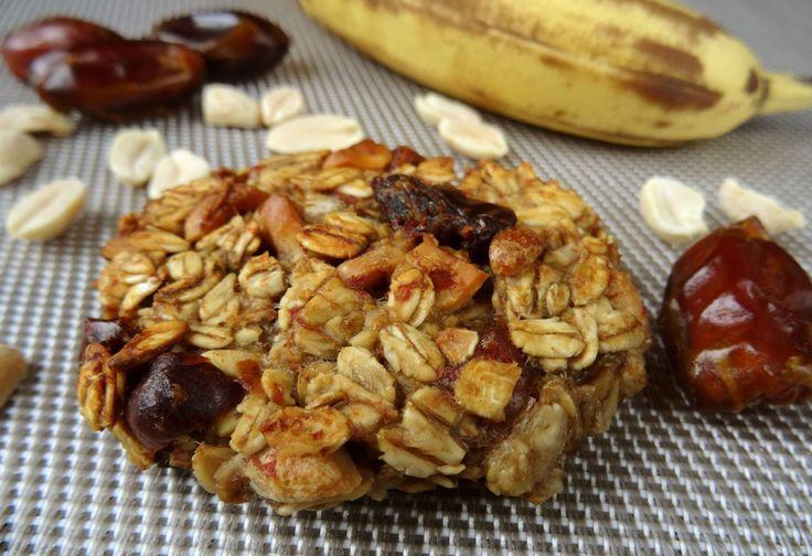 Ciasteczka, które swoją słodycz zawdzięczają bananom – są tym bardziej słodkie, im bardziej dojrzałe są banany. Składniki: (na 20 ciasteczek) 200 g płatków owsianych górskich, 2 dojrzałe banany (240 g), 50 g daktyli, 50 g orzeszków ziemnych. Wykonanie: Piekarnik nastawić na 180°C. Blachę wyłożyć papierem do pieczenia. Banany obrać i dokładnie rozgnieść. Daktyle i orzeszki …