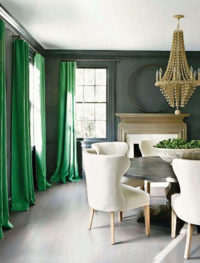 rideaux occultants de couleur vert, mur gris, lustre baroque, plafond blanc