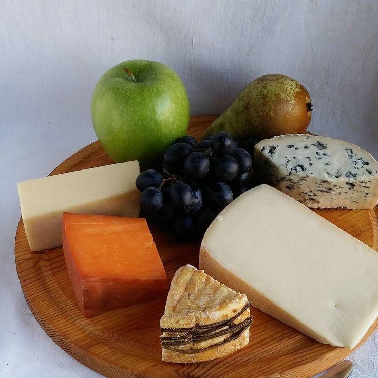 Pääsiäisen juustotarjotin. #juusto #ruokablogi #ruoka#kotiruoka #herkkusuu #lautasella #Herkkusuunlautasella