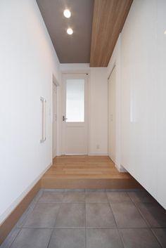 白を基調とすることで玄関ホールが明るい空間に
