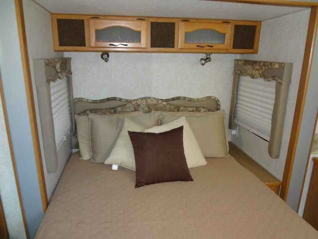 2004 Used Terry Quantum Ax6 Fifth Wheel in Michigan MI.Recreational Vehicle, rv, 2004 TERRY QUANTUM AX6 365FLTS 37ft. 5th Wheel RV. It's not everyday that you come across a pre-owned fifth wheel that meets all the criteria You're looking for.Today might be your lucky day. . It's extremely clean and packed full of high-end amenities, just like you would find in a brand new unit. One of the best parts about camping is the food! The kitchen in this fifth wheel is absolutely perfect for…